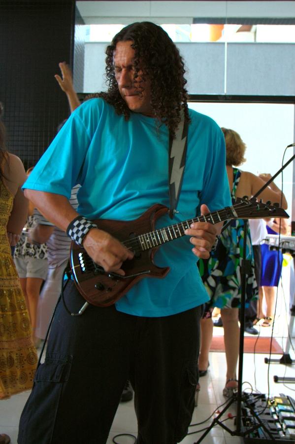 Большой дядя с маленькой гитарой